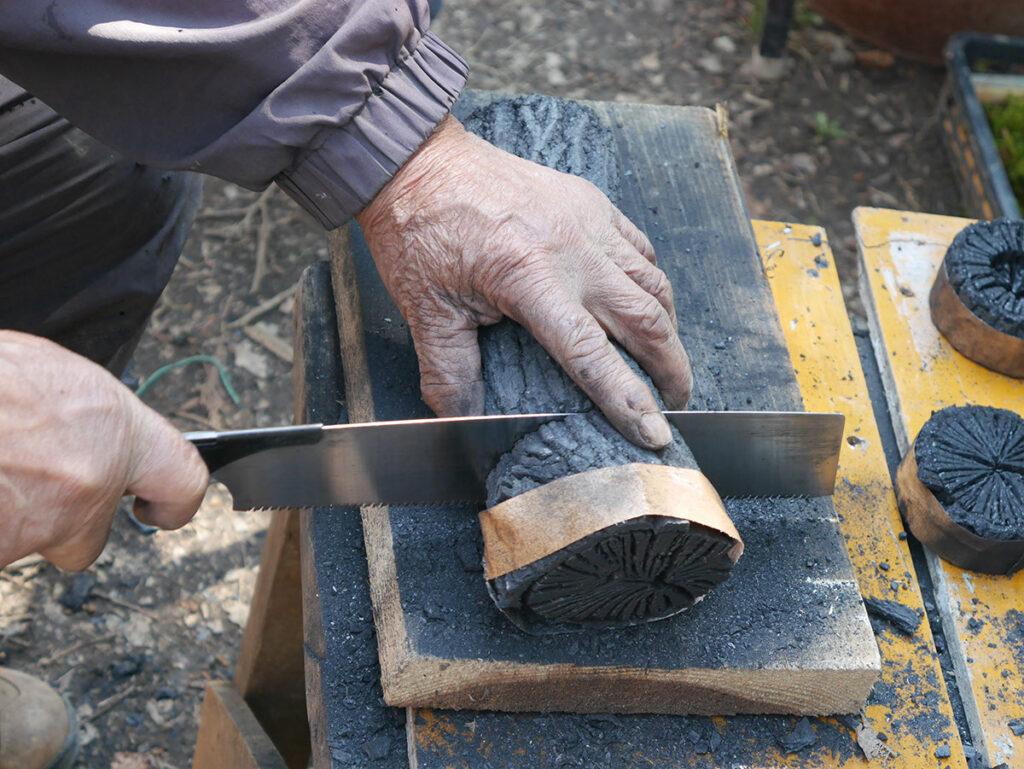 小堀遠州流青年部勉強会で池田炭を切る